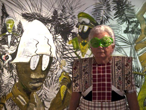 Hendrikje met vlinderbril bij kunstwerk David Bade Kunsthal Kade